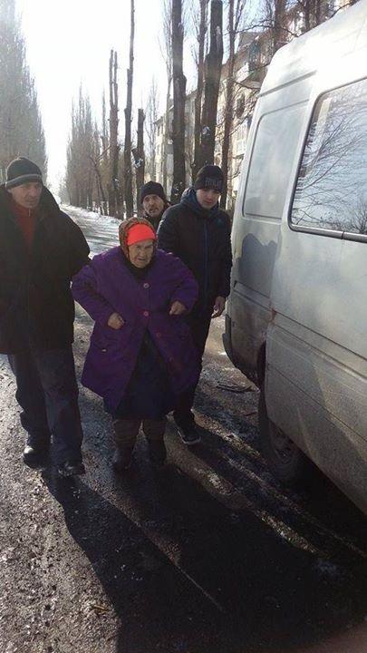 Волонтеры ежедневно помогают авдеевцам оставшимся в городе (фото), фото-2