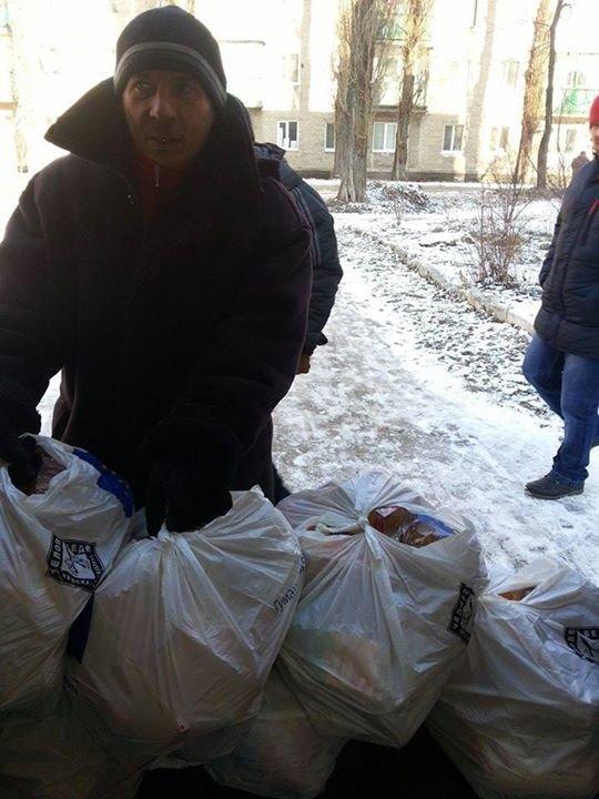 Волонтеры ежедневно помогают авдеевцам оставшимся в городе (фото), фото-1