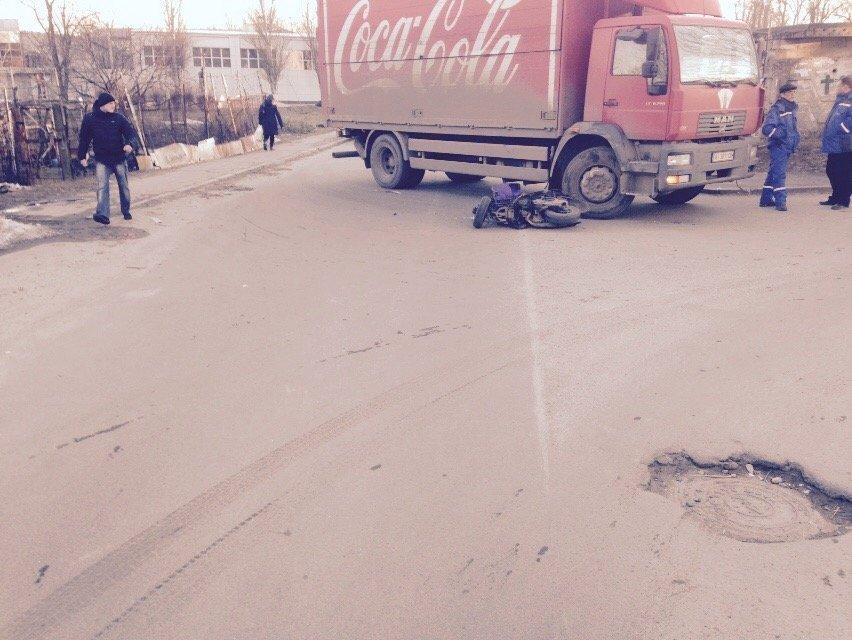 На улице Янгеля в Днепропетровске грузовик сбил мопедиста (ФОТО), фото-4