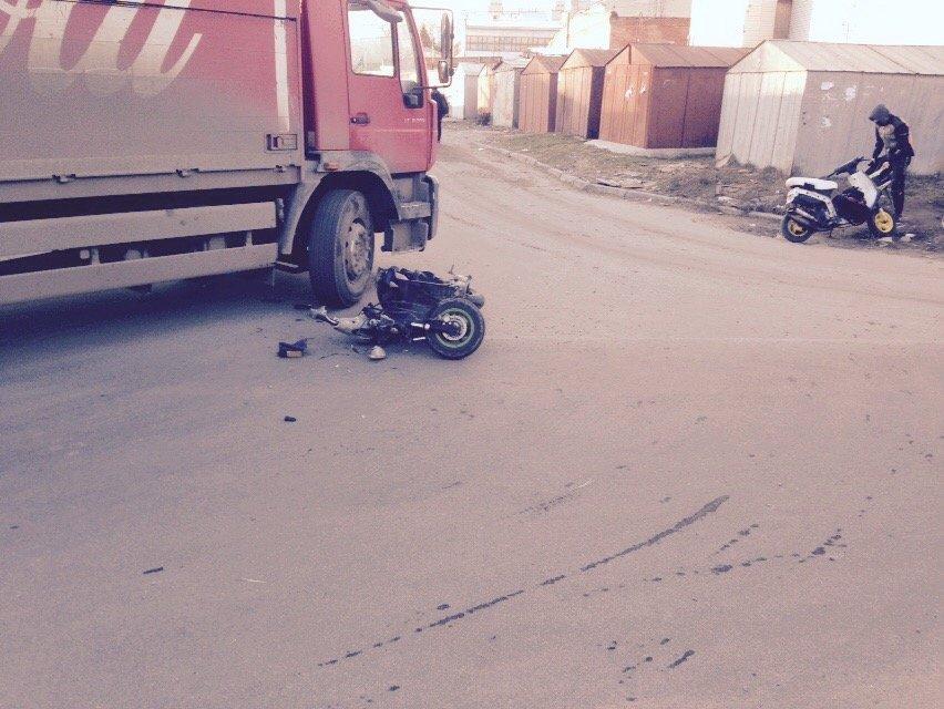 На улице Янгеля в Днепропетровске грузовик сбил мопедиста (ФОТО), фото-2