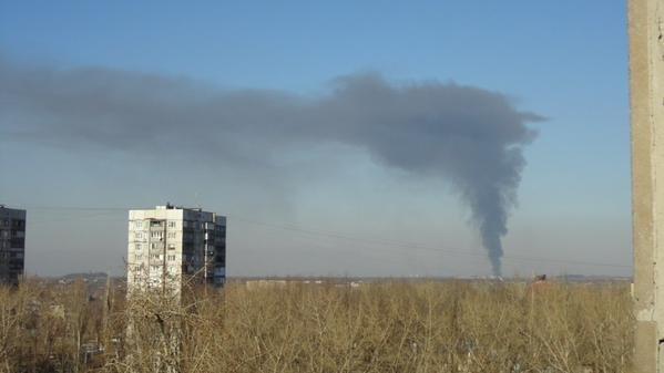 Над Донецком поднимается огромный черный столб дыма (ФОТО) (фото) - фото 2