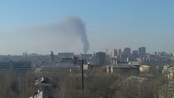 Над Донецком поднимается огромный черный столб дыма (ФОТО) (фото) - фото 1