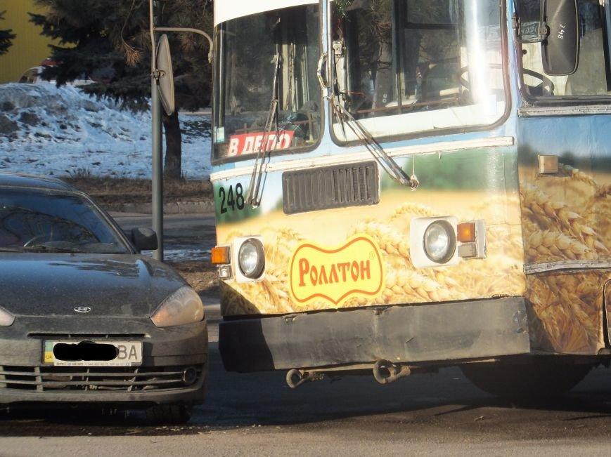 В  Кировограде столкнулись троллейбус и иномарка. ФОТО (фото) - фото 1
