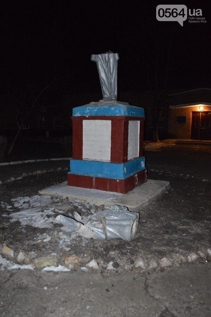 В Кривом Роге: напали на одного из лидеров акции протеста в горисполкоме, провели митинг под прокуратурой и повалили памятник Ленину (фото) - фото 1