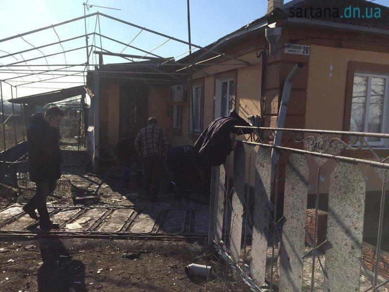 В Мариуполе террористы обстреляли Сартану. Повреждены 3 дома, ранен мужчина (ФОТО) (фото) - фото 1
