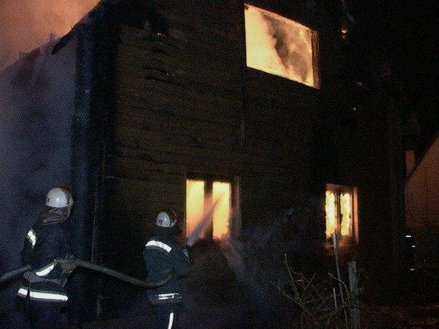 На Осокорках дотла сгорел двухэтажный дом (ФОТО) (фото) - фото 1