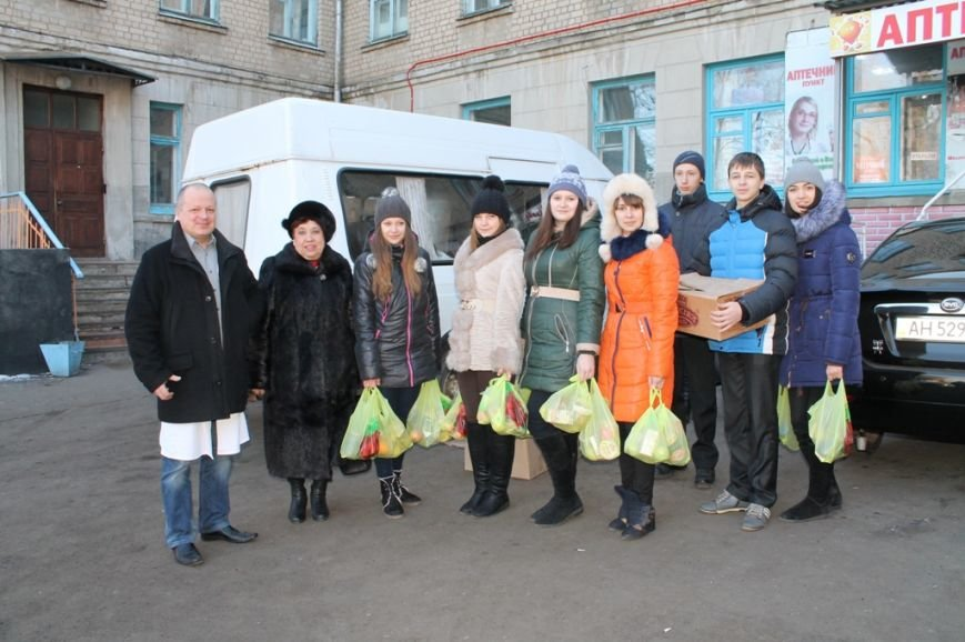 В Артемовске школьники навестили военных в городской больнице и помогли переселенцам, фото-1