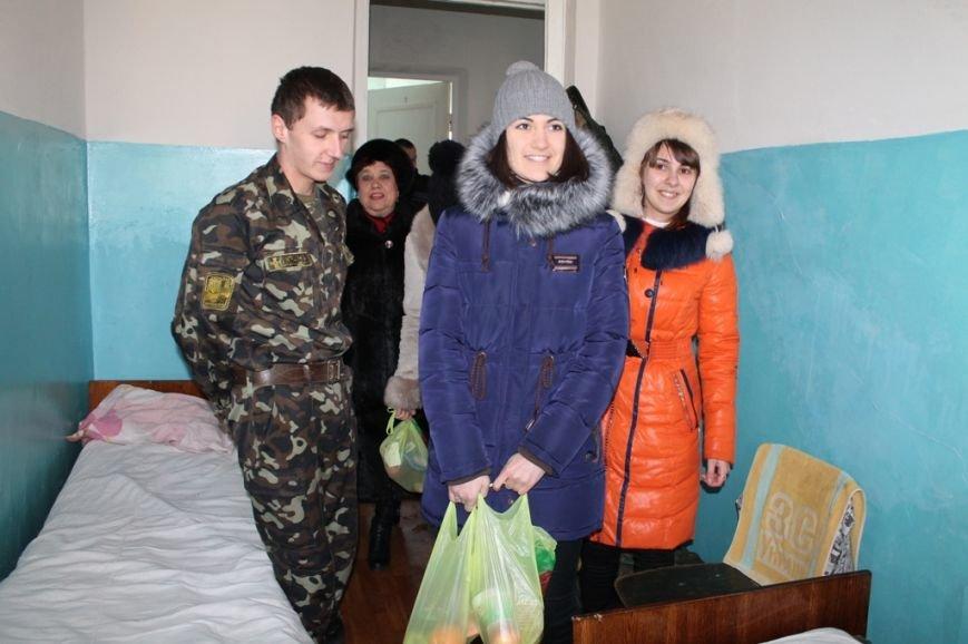 В Артемовске школьники навестили военных в городской больнице и помогли переселенцам, фото-2