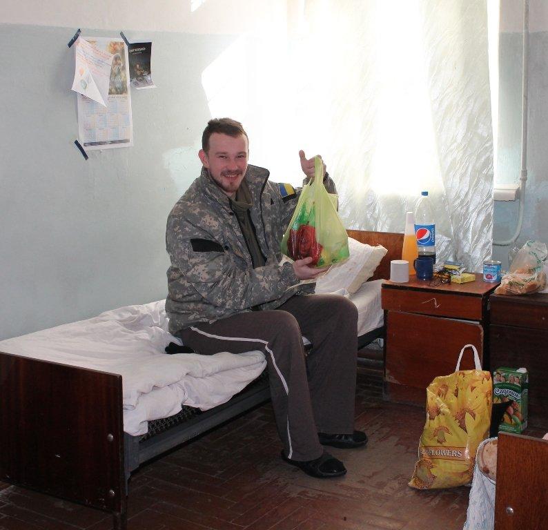 В Артемовске школьники навестили военных в городской больнице и помогли переселенцам, фото-3