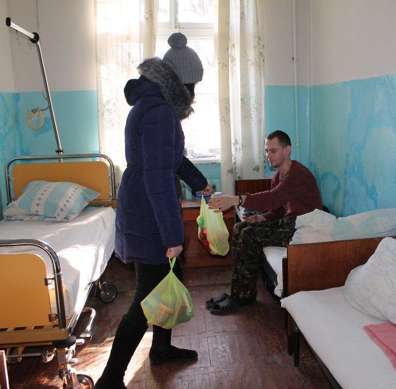 В Артемовске школьники навестили военных в городской больнице и помогли переселенцам, фото-4