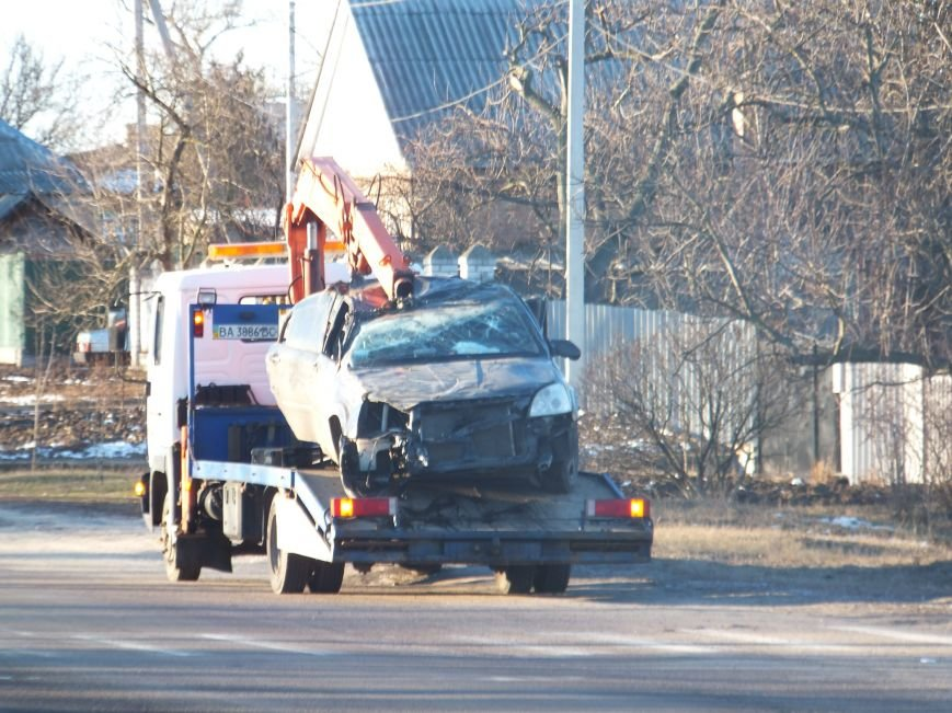 В Кировограде автомобиль снес электроопору, пострадали люди. (ФОТО) (фото) - фото 1