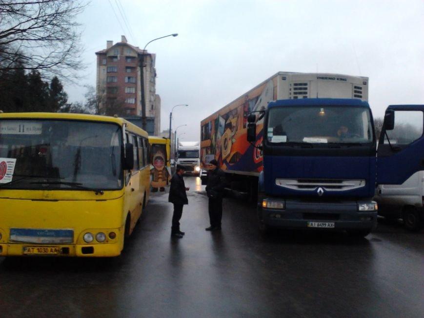 Через ожеледицю в Івано-Франківську зіткнулося 5 автомобілів і утворився великий затор (ФОТО) (фото) - фото 3