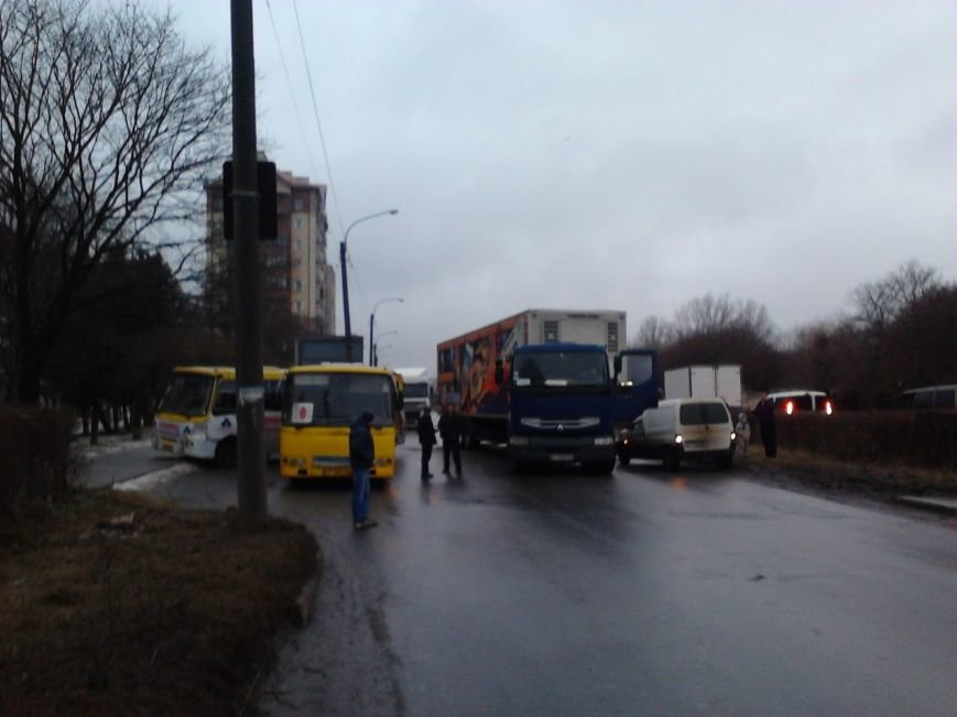 Через ожеледицю в Івано-Франківську зіткнулося 5 автомобілів і утворився великий затор (ФОТО) (фото) - фото 2