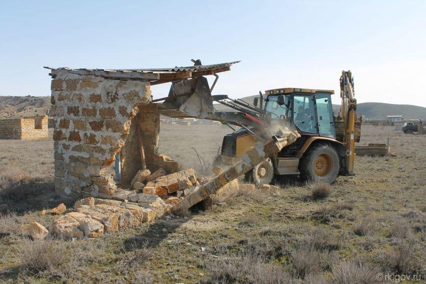 В Крыму начали сносить самозахваты. Власти уверены, это «акт доброй воли» владельцев строений (ФОТО), фото-4