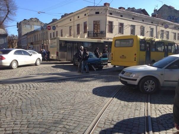 На вул. Івана Франка автобус з пасажирами потрапив у ДТП (ФОТО), фото-3