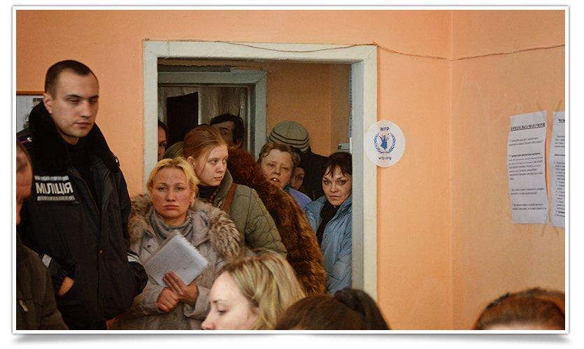В Славянске переселенцы получают помощь ООН. Собралось несколько сотен человек (фото) - фото 4
