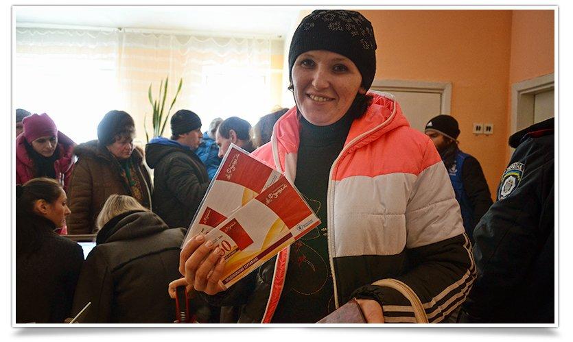 В Славянске переселенцы получают помощь ООН. Собралось несколько сотен человек (фото) - фото 6