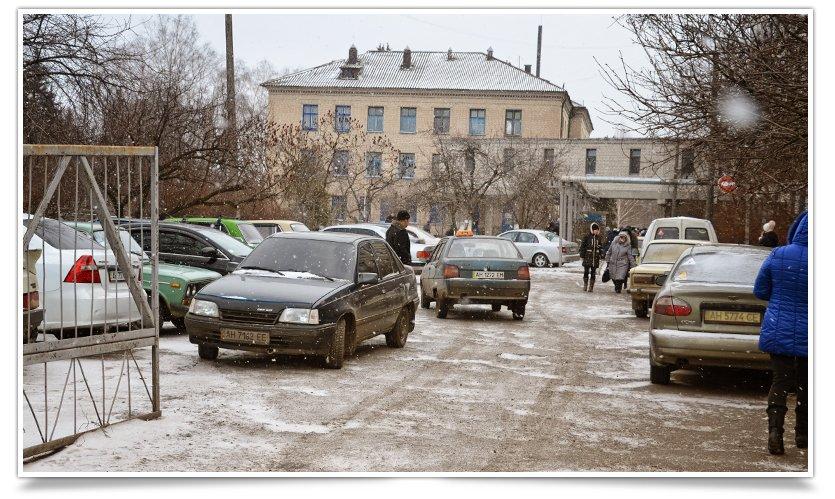 В Славянске переселенцы получают помощь ООН. Собралось несколько сотен человек (фото) - фото 1
