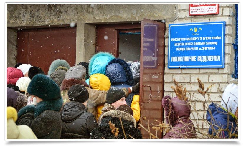 В Славянске переселенцы получают помощь ООН. Собралось несколько сотен человек (фото) - фото 2