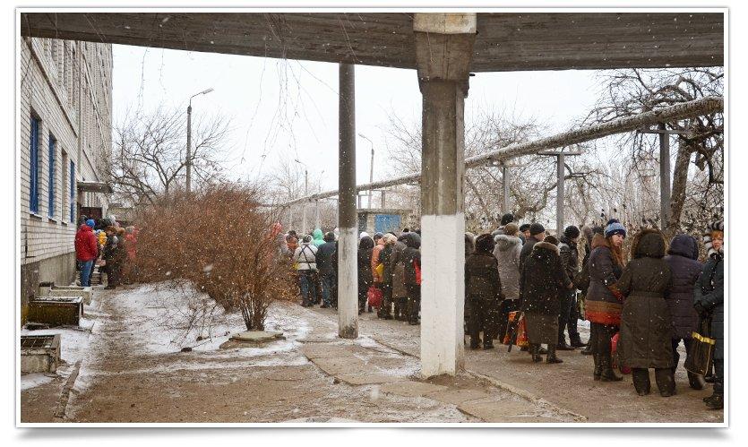 В Славянске переселенцы получают помощь ООН. Собралось несколько сотен человек (фото) - фото 3