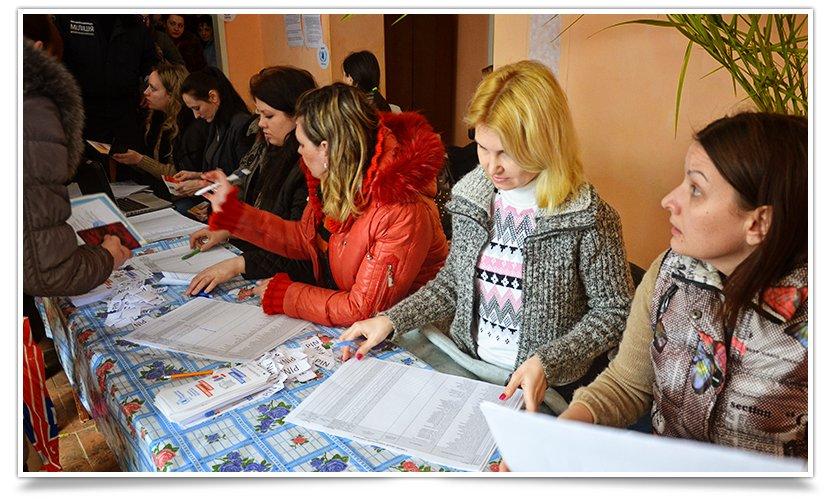 В Славянске переселенцы получают помощь ООН. Собралось несколько сотен человек (фото) - фото 5