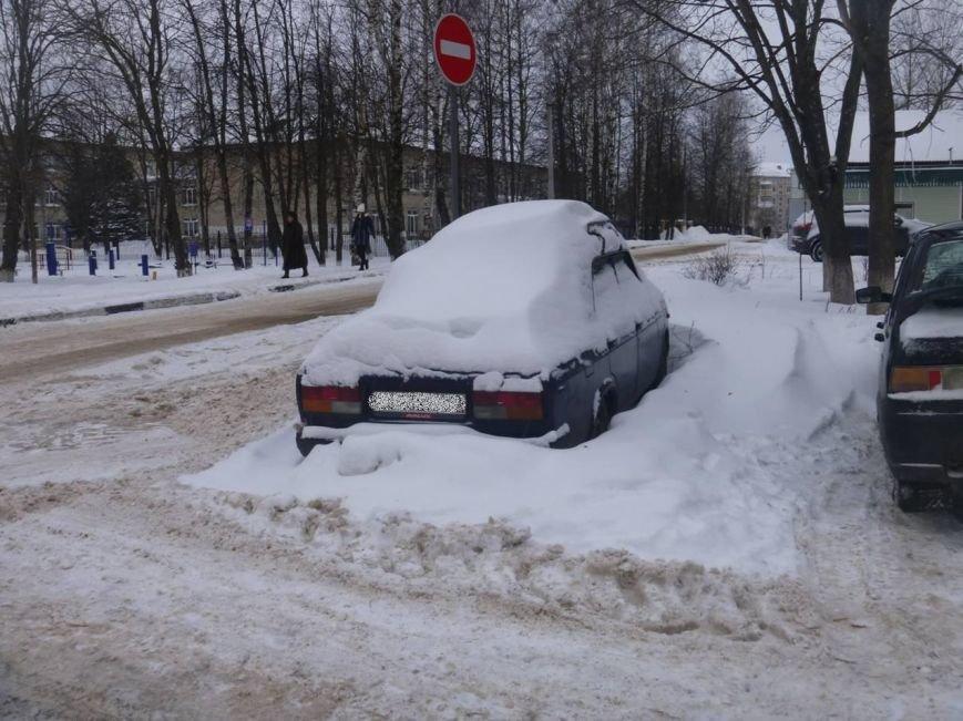 Машины мешают чистить снег