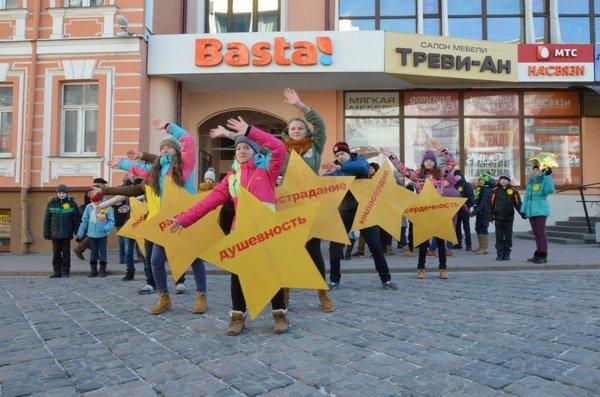 Необычная акция в центре Гродно: 30 слабослышащих детей исполнили песню на языке жестов (Фото, Видео), фото-3