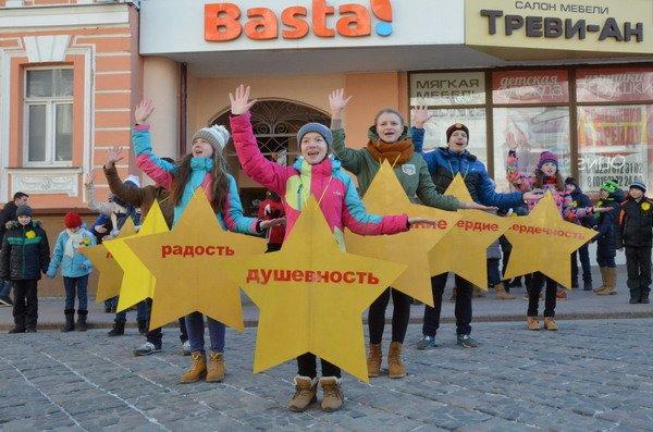 Необычная акция в центре Гродно: 30 слабослышащих детей исполнили песню на языке жестов (Фото, Видео), фото-7