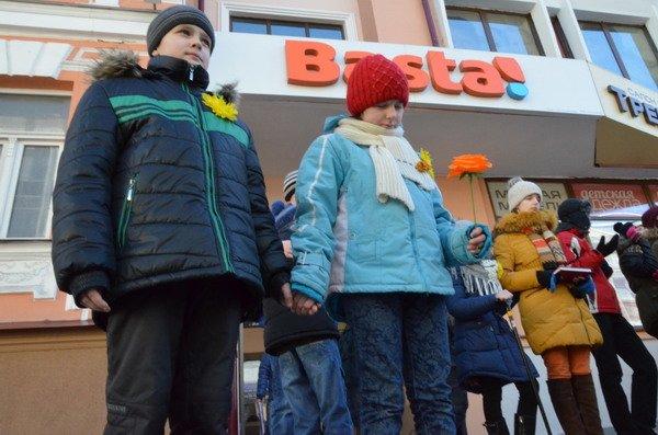 Необычная акция в центре Гродно: 30 слабослышащих детей исполнили песню на языке жестов (Фото, Видео), фото-10