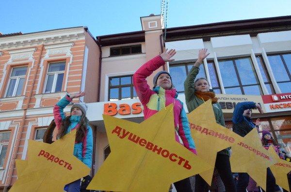 Необычная акция в центре Гродно: 30 слабослышащих детей исполнили песню на языке жестов (Фото, Видео), фото-6