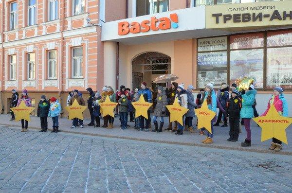Необычная акция в центре Гродно: 30 слабослышащих детей исполнили песню на языке жестов (Фото, Видео), фото-8