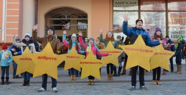 Необычная акция в центре Гродно: 30 слабослышащих детей исполнили песню на языке жестов (Фото, Видео), фото-1