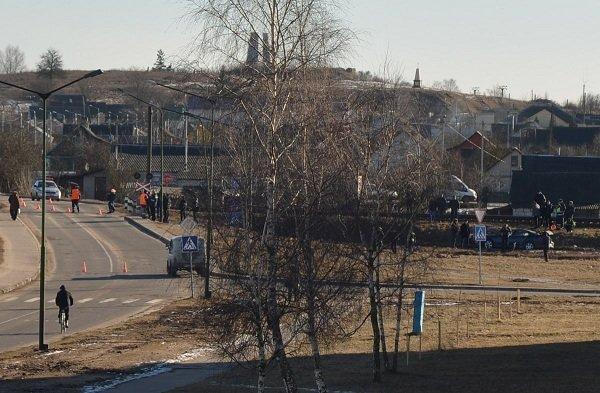 В Зельве грузовой поезд протаранил легковушку: водителя и его отца отправили в больницу (Фото) (фото) - фото 1