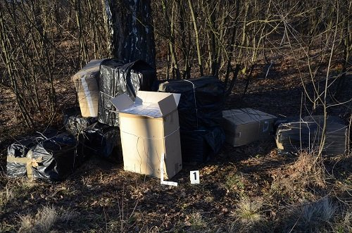 Под Кузницей польские пограничники нашли выброшенные  из поезда сигареты на 113 тыс. долларов (Фото) (фото) - фото 2