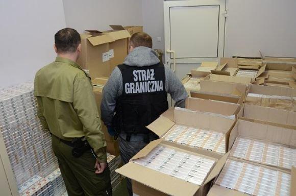 Под Кузницей польские пограничники нашли выброшенные  из поезда сигареты на 113 тыс. долларов (Фото) (фото) - фото 1