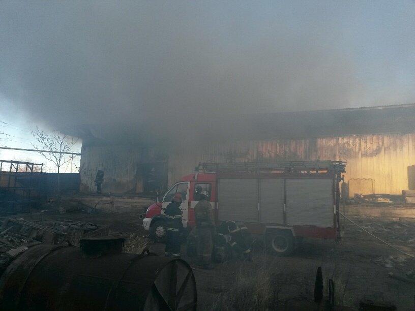 На Правобережье Мариуполя горят складские помещения (ФОТО), фото-4
