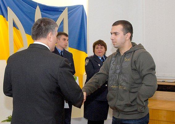 Поранений  в зоні АТО полтавський правоохоронець отримав ключі від новенького житла з рук міністра Авакова (фото) - фото 1