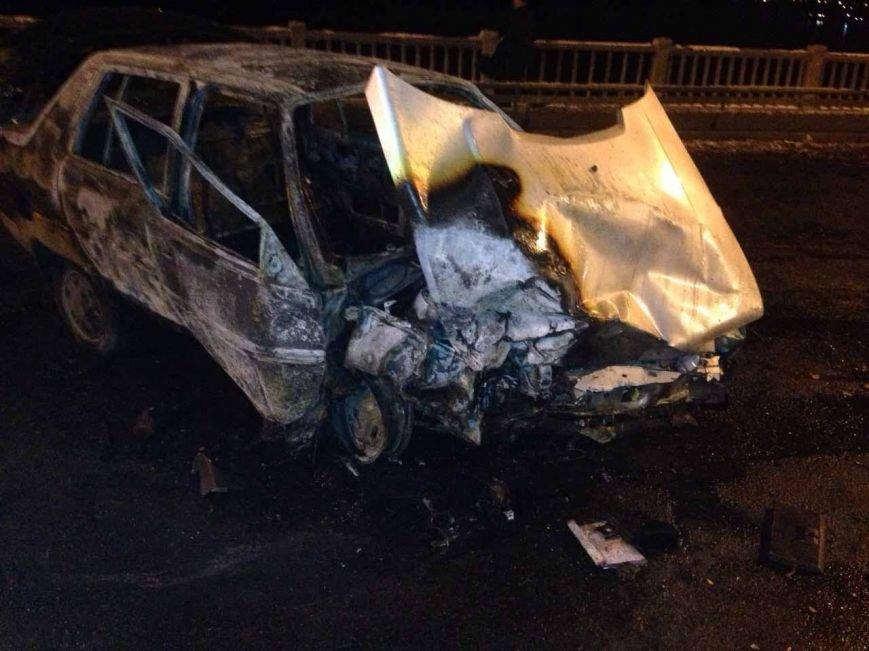 В Днепропетровске на Новом мосту столкнулись два автомобиля: одна машина сгорела (ФОТО) (фото) - фото 2