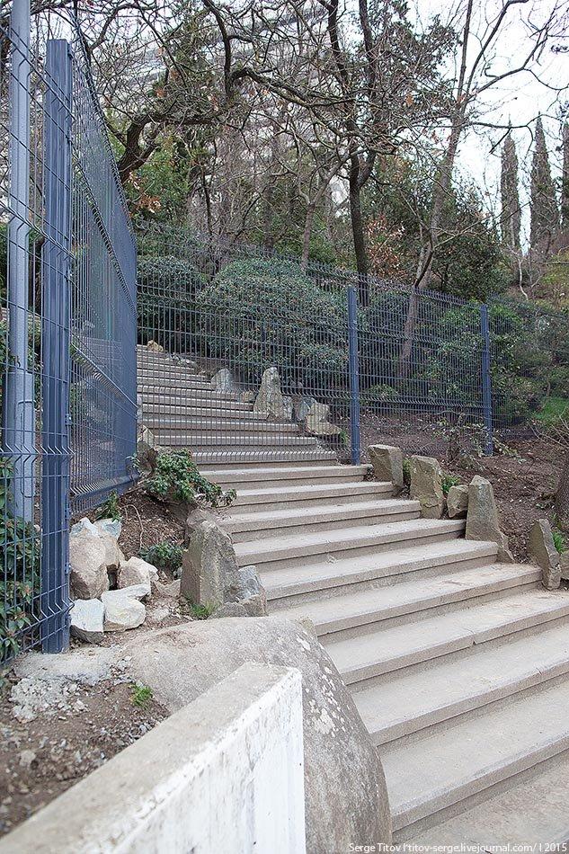 На территории вокруг отеля «Ялта - Интурист» вырос новый внушительный забор (фото) - фото 2