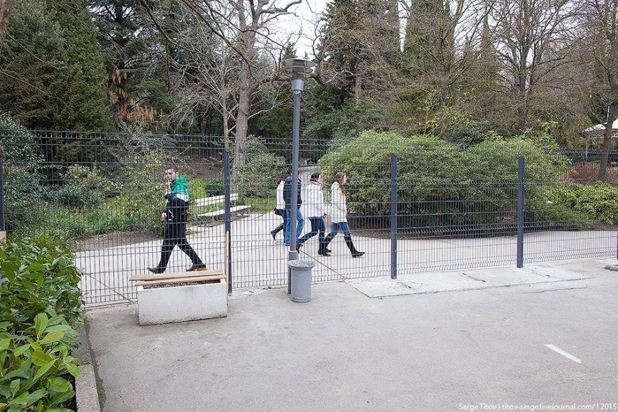 На территории вокруг отеля «Ялта - Интурист» вырос новый внушительный забор (фото) - фото 3