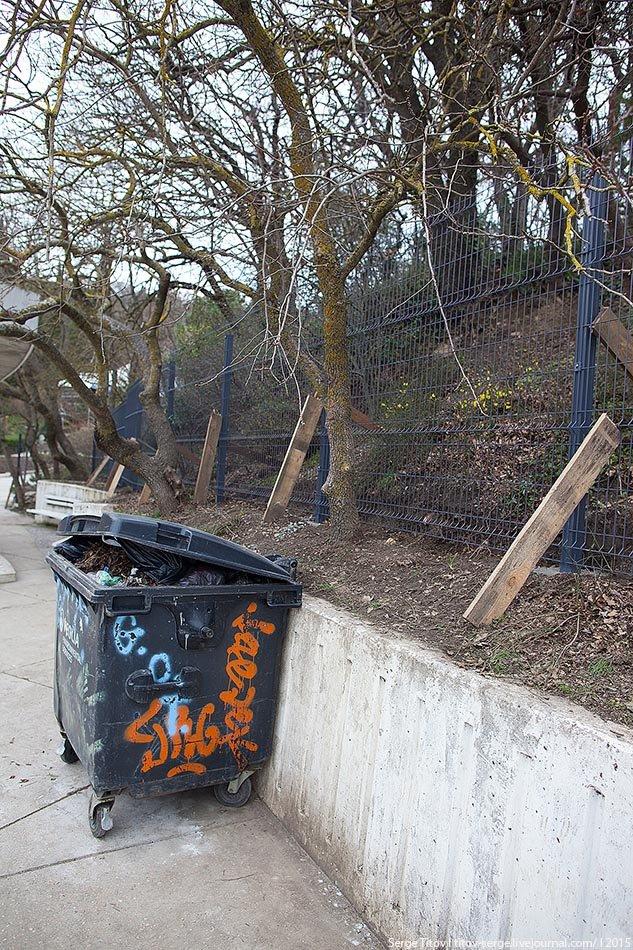 На территории вокруг отеля «Ялта - Интурист» вырос новый внушительный забор (фото) - фото 4