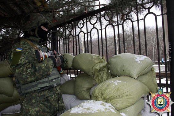 Львовская милиция охраняет стратегически важные объекты Мариуполя (ФОТО) (фото) - фото 1