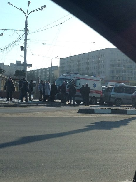 В центре Витебска из-за «катка на дороге» произошло масштабное ДТП с участием скорой, фото-1