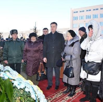 В Киеве открыли мемориальный знак в честь Героев Небесной Сотни (ФОТО) (фото) - фото 1