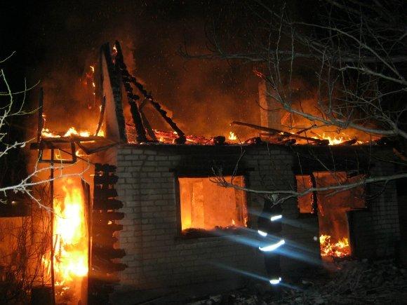 Александрийские пожарные два часа тушили жилой дом. ФОТО (фото) - фото 1