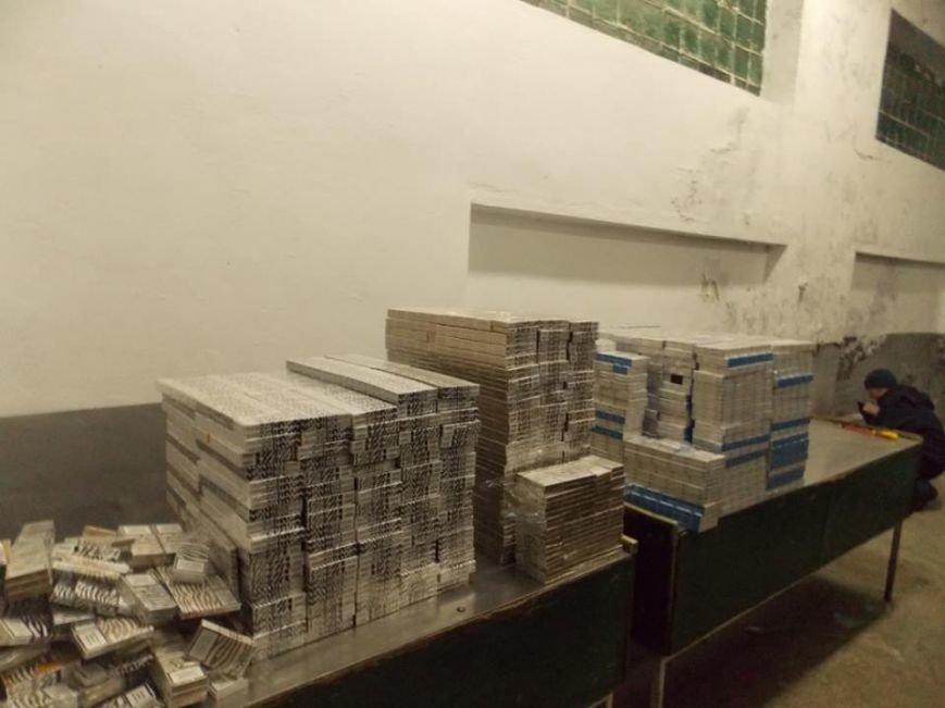 Львівські митники затримали бус, який перевозив 8 тисяч пачок цигарок (ФОТО), фото-2