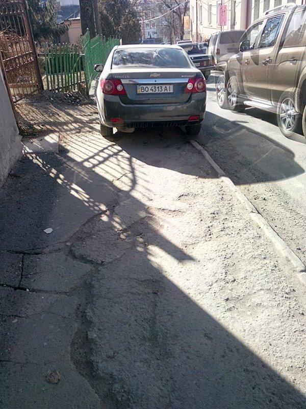 Тернополяни обурюються тим, як паркуються водії в місті (фото) (фото) - фото 1