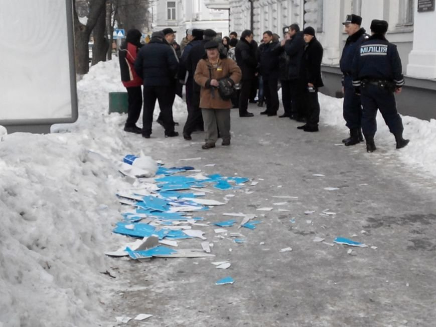 В Сумах «Правый Сектор» разгромил офис Партии Регионов (ФОТО) (фото) - фото 1