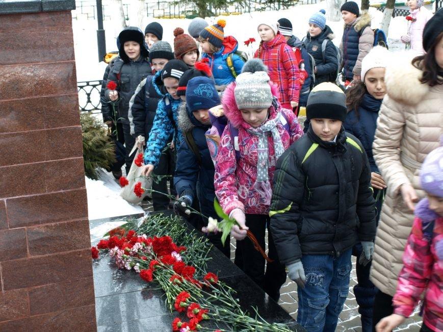 Школьники из Ватутинок возложили цветы к обелиску павшим воинам (фото) - фото 3