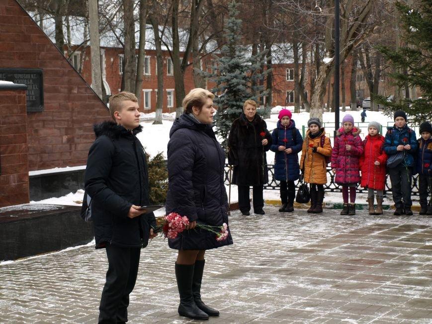 Школьники из Ватутинок возложили цветы к обелиску павшим воинам (фото) - фото 1